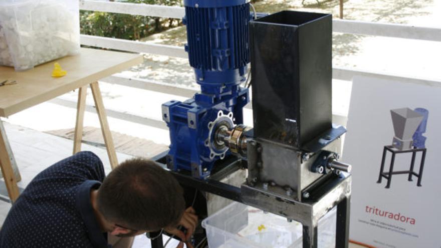 La trituradora que han elaborado en el taller 'Precious plastic' en el Paseo de la Vega