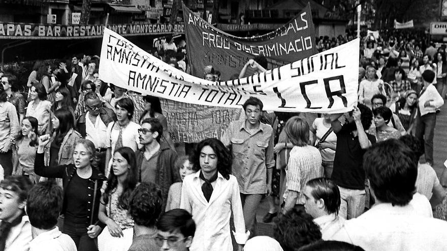 Asistentes a la primera manifestación del orgullo gay permitida en España, en las Ramblas de Barcelona el 27 de junio de 1977