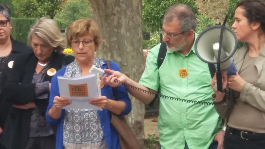 Patrícia Cantarell llegeix el nou Manifest de la Plataforma Pobresa Zero-Justícia Global a les portes del Parlament
