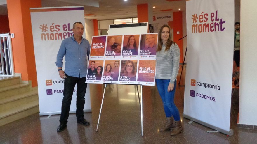 Joan Baldoví y Àngela Ballester, ante los carteles de campaña.