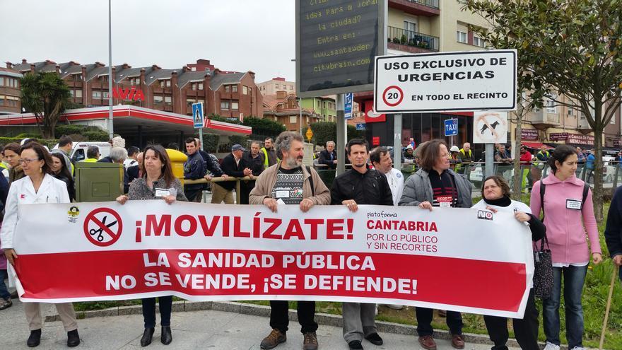 La Plataforma Cantabria por lo Público y sin Recortes se ha manifestado a las puertas de Valdecilla.