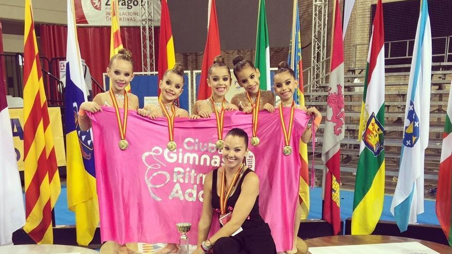 El equipo del Club de Gimnasia Adoney tras recibir el premio