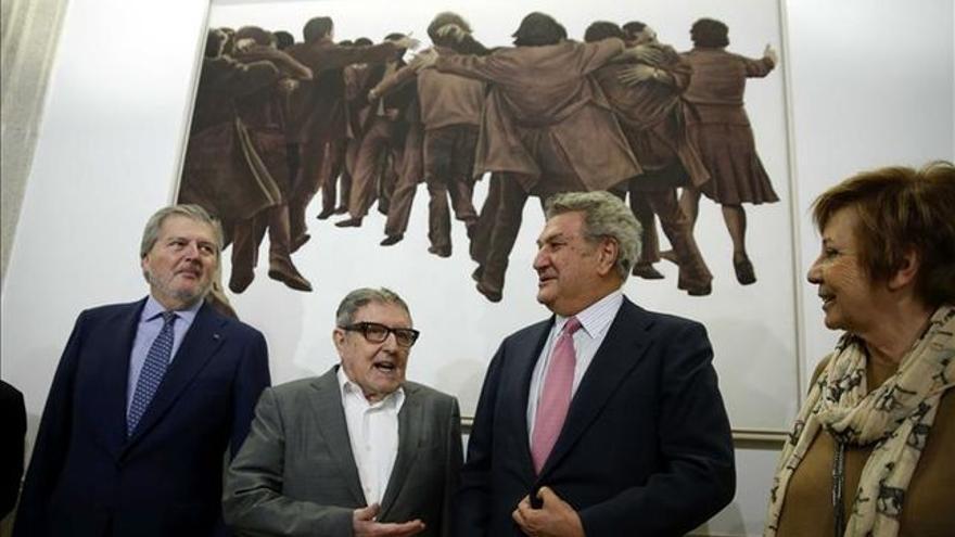 Juan Genóves, segundo por la izquierda, en la instalación de una de sus obras, 'El Abrazo', en el Congreso de los Diputados.