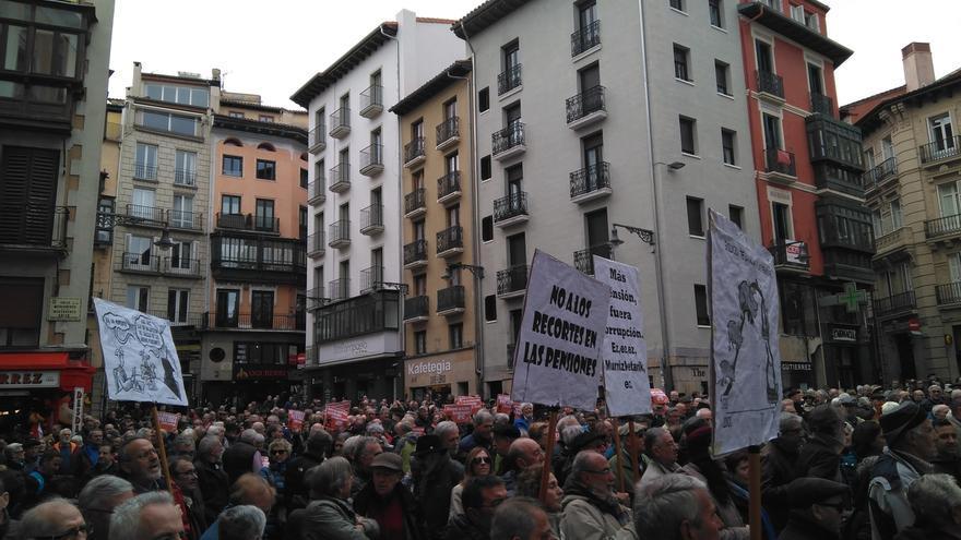 """Pensionistas navarros se concentran en defensa del sistema público de pensiones y contra las """"migajas"""" de los PGE"""