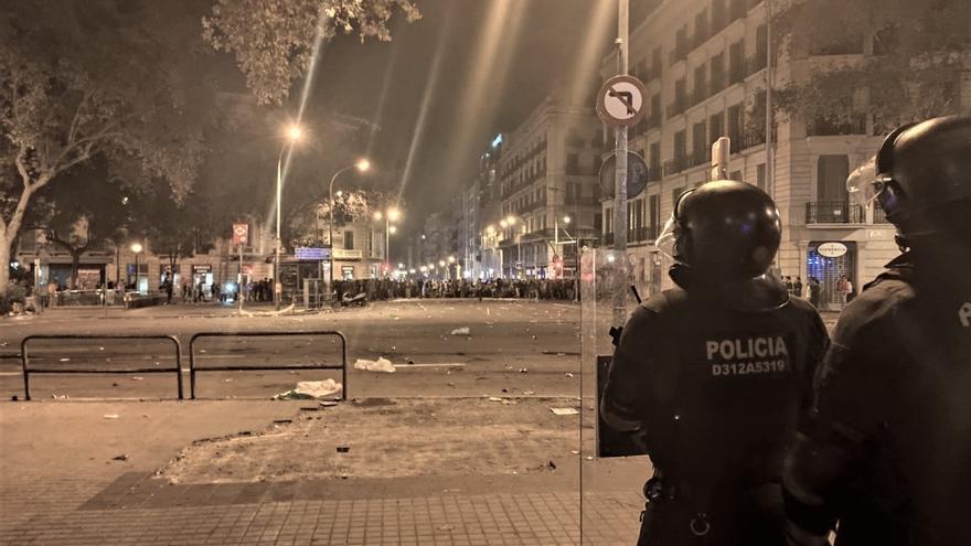 El grueso de concentrados de Barcelona en Urquinaona sigue pacífico pese a los altercados