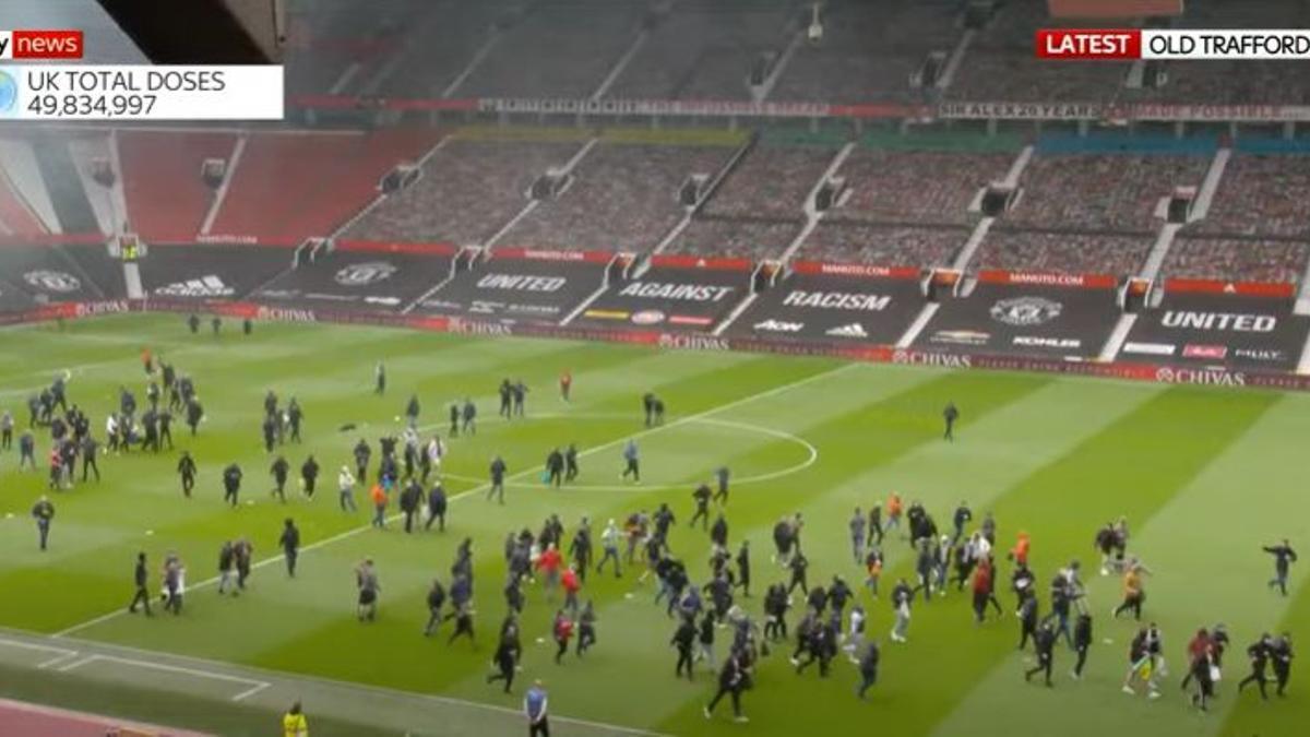 Hinchas ingresaron a la cancha en Old Trafford