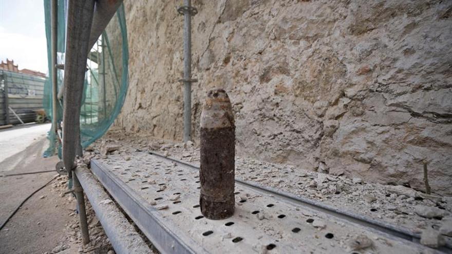 Localizan un artefacto de la guerra civil en las obras de la muralla de Teruel