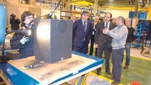 El presidente de Cantabria, Ignacio Diego, acompañado por otros miembros de su Ejecutivo, durante una visita a Nestor Martin.