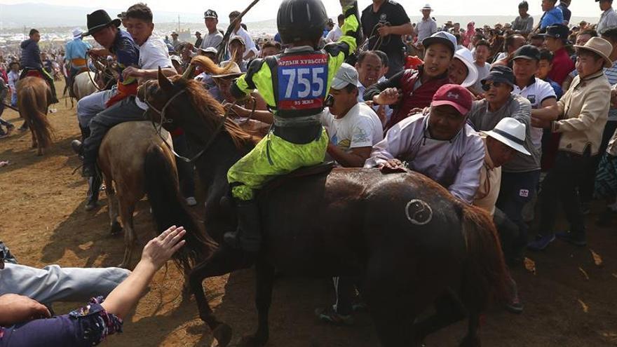 Jinetes de 7 años y violencia en la meta: las peligrosas carreras de Mongolia