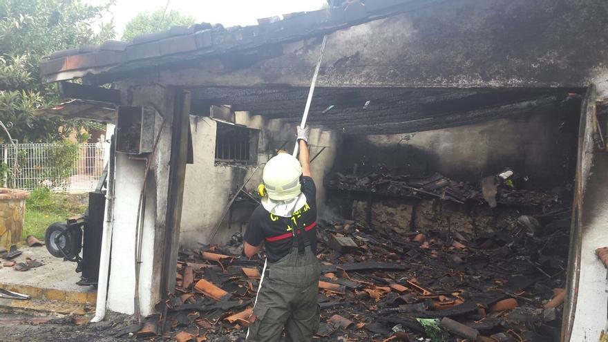 Cuatro hospitalizados por inhalación de humo tras incendiarse una construcción anexa a una vivienda en Bárcena de Cicero