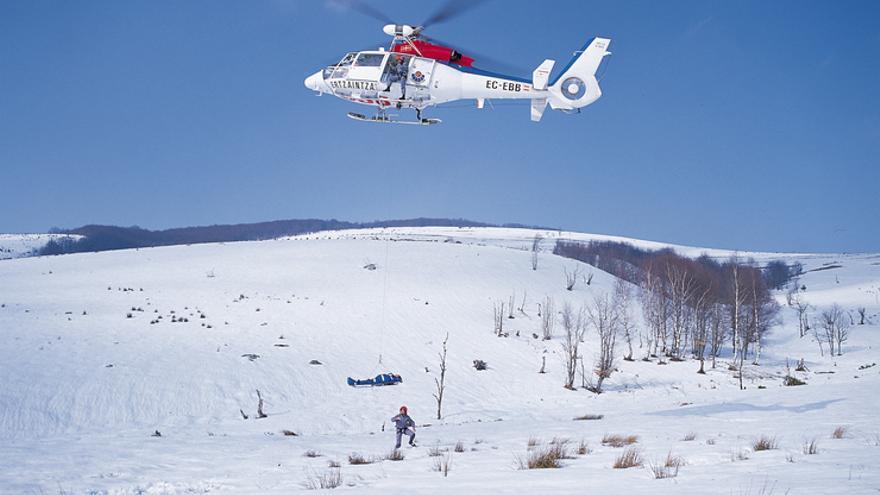 Un helicóptero de la Ertzaintza, en un rescate en montaña