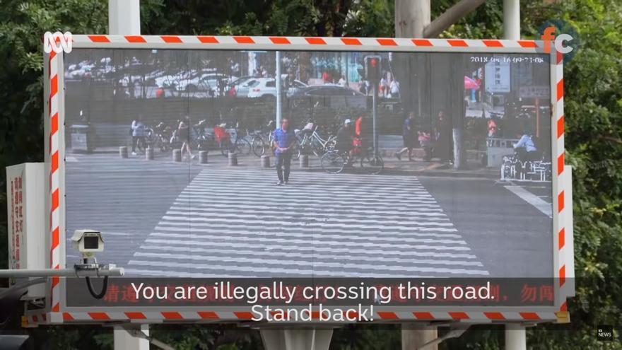 Esto es lo que ocurre cuando un peatón en China cruza cuando no debe