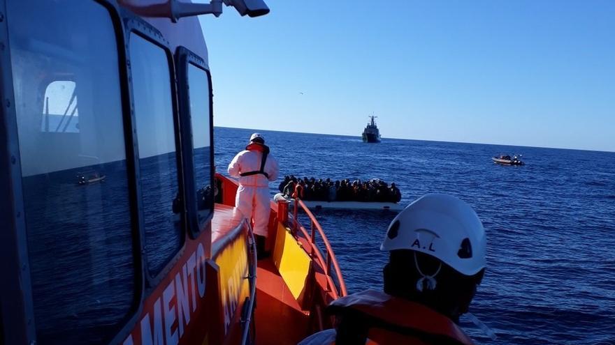 Rescatadas 387 personas de una decena de pateras en aguas de Alborán y frente a las costas de Almería