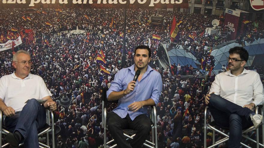 Alberto Garzón junto a Cayo Lara durante un acto en Madrid