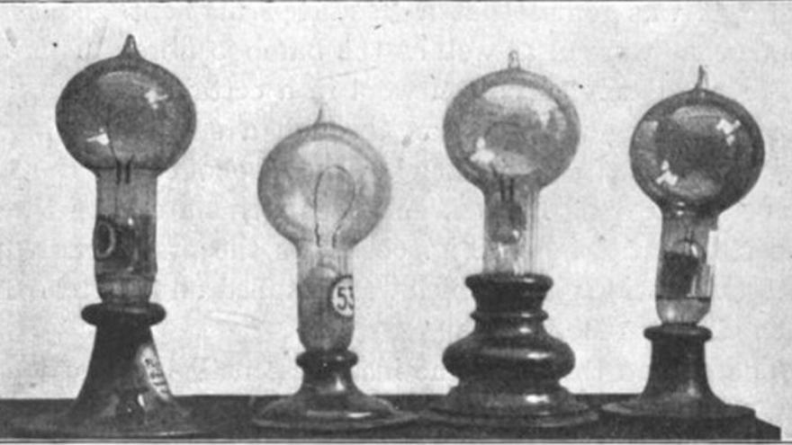 Primeros modelos de bombilla creados por Edison. Foto: William J. Hammer. Vía: Wikimedia Commons