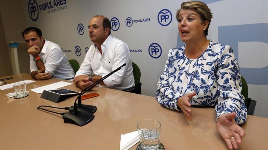 El portavoz del PP en el Ayuntamiento de Las Palmas de Gran Canaria, Juan José Cardona (c), y los concejales Ángel Sabroso y Carmen Guerra