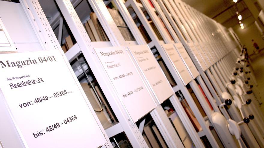 Una de las salas en las que se guardan los libros de las organizaciones de masas de la RDA en el archivo estatal alemán en Berlín-Lichterfelde