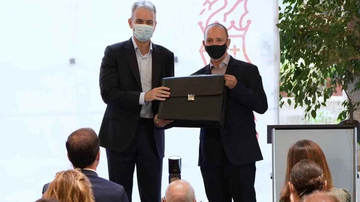 Traspaso de carteras entre Rubén Martínez Dalmau, a la derecha, y el nuevo vicepresidente segundo, Héctor Illueca.