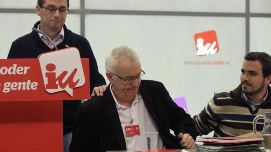 Cayo Lara (centro), Alberto Garzón (derecha) y José Luis Centella durante el Consejo Político Federal de IU. \ Ángel Díaz EFE
