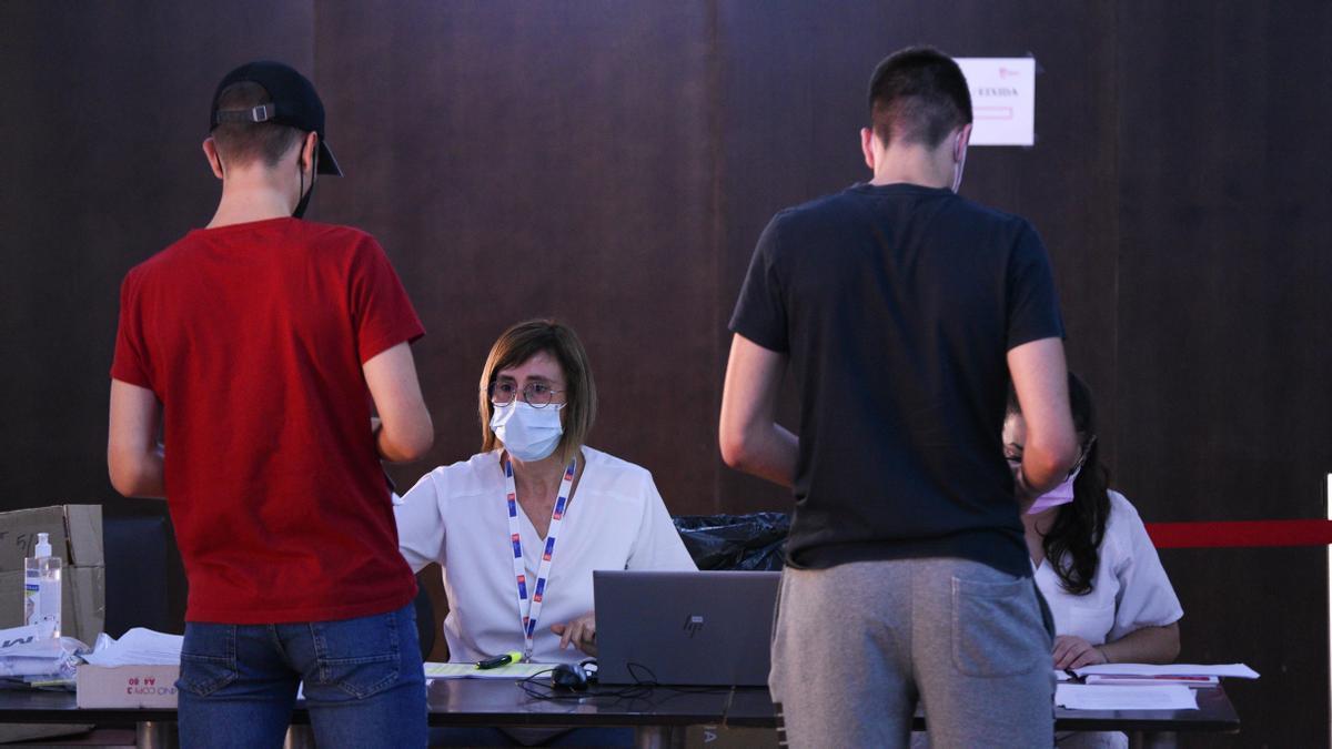 El avance en la inmunización de adolescentes lleva a España a la meseta de la vacunación