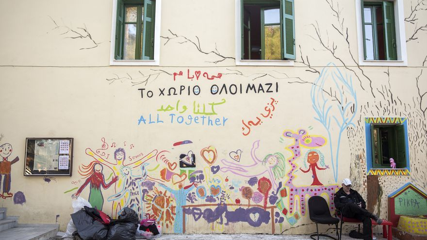 """""""Todos juntos"""", rezan los letreros de bienvenida en varios idiomas a la llegada del campo Pikpa, Lesbos / Foto: Olmo Calvo"""