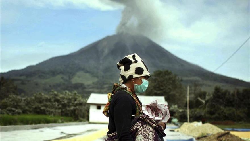 Cerca de 18.000 evacuados en Indonesia por el volcán Sinabung
