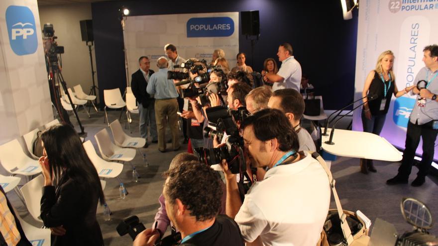 La prensa se prepara para la entrada de Rajoy en el salón de la Intermunicipal del PP / PSS