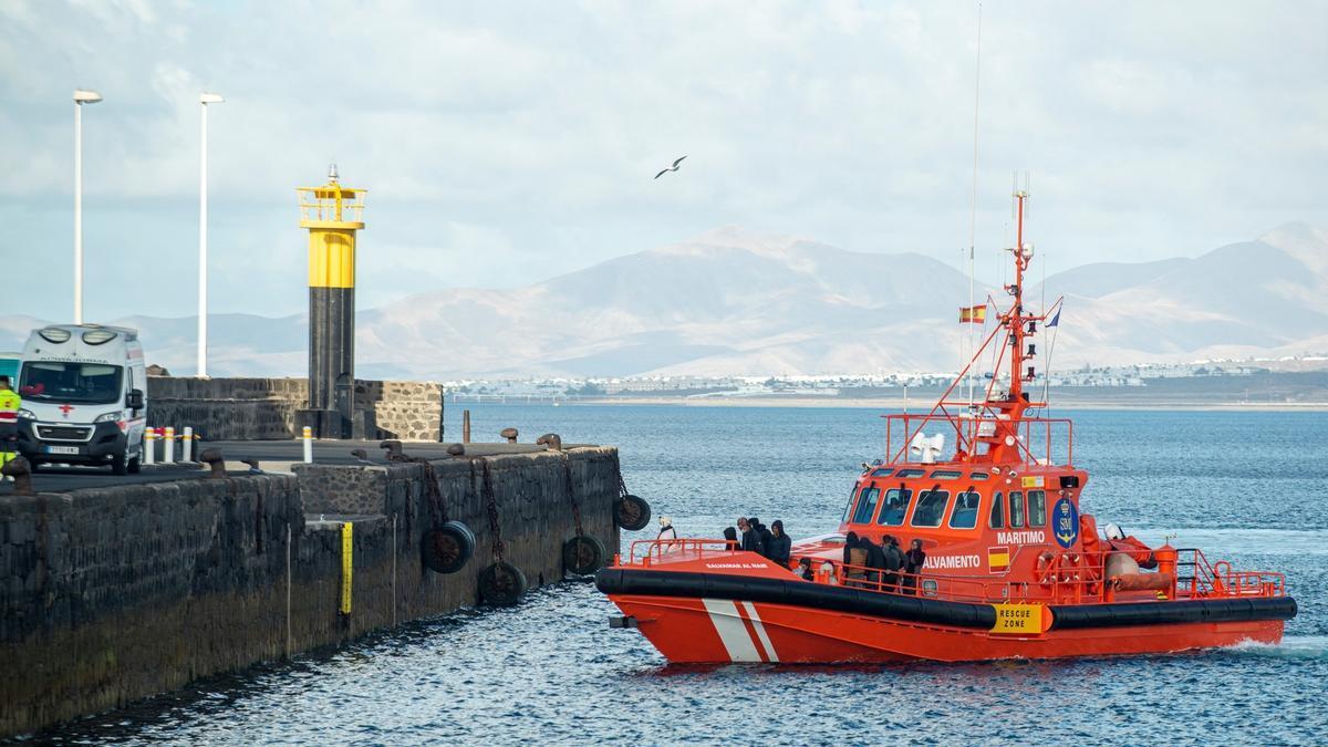 Una embarcación de Salvamento Marítimo se aproxima al puerto de Arrecife. EFE/Javier Fuentes