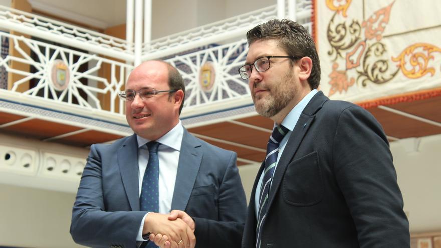 Pedro Antonio Sánchez (PP) estrechando la mano de Miguel Sánchez (C's) tras la firma de su acuerdo / PSS