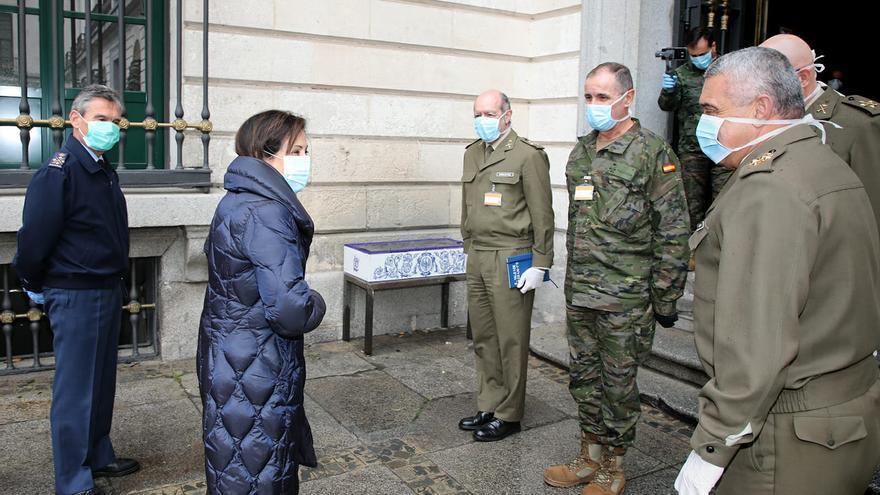 La ministra de Defensa, Margarita Robles, con los mandos de la 'Operación Balmis'