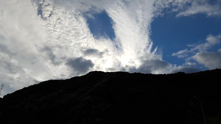 Nubes en el cielo de la comarca de Las Breñas en la tarde de este lunes,  31 de octubre. Foto: LUZ RODRÍGUEZ/lapalmaahora.com