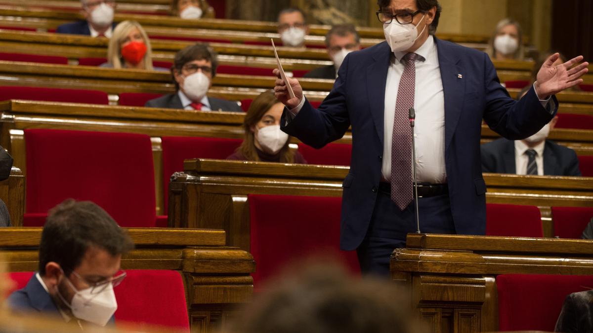 El líder del PSC, Salvador Illa, interpela al vicepresidente de la Generalitat en funciones, Pere Aragonès, durante un pleno del Parlament. EFE/Enric Fontcuberta/Archivo