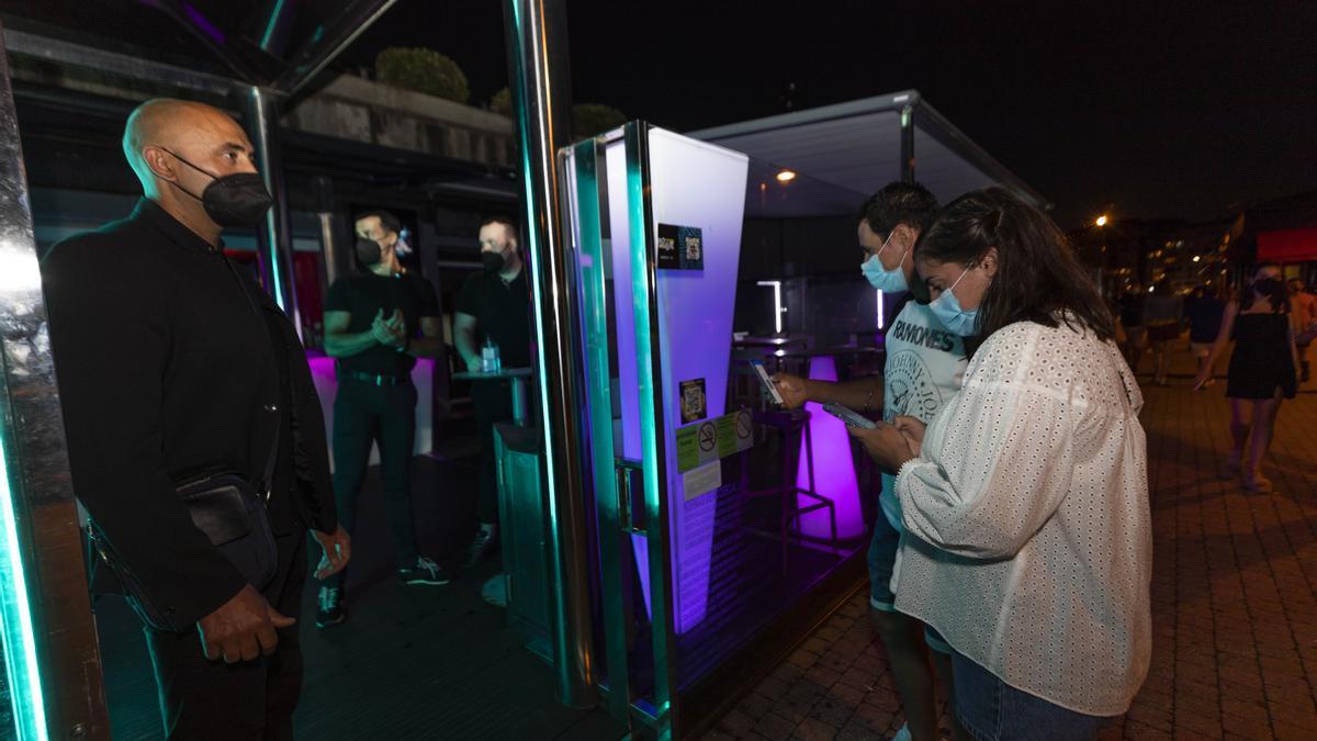 Personas esperan para poder acceder a un local en Sanxenxo.