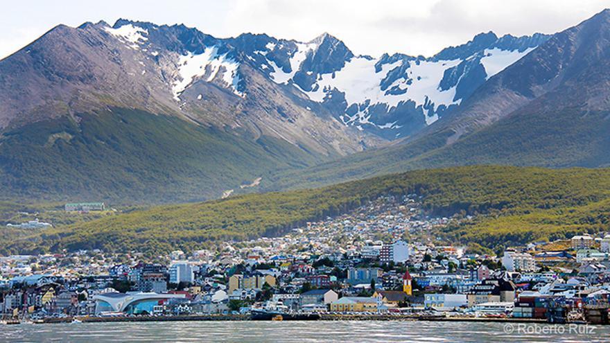 La ciudad de Ushuaia, en Argentina, vista desde el Canal Beagle.