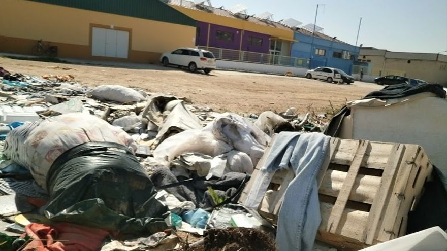 Residuos acumulados junto a una zona de ocio