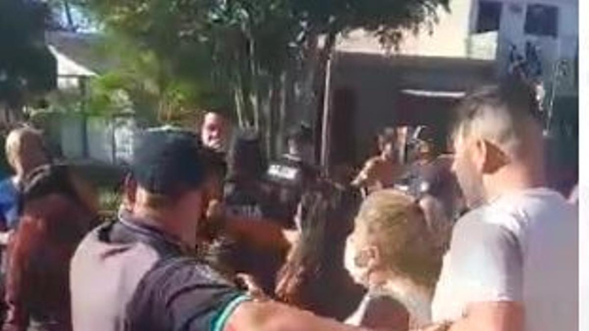 El momento de la detención fue filmada por los vecinos