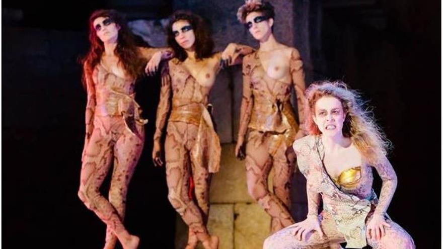 Representación de la obra Las amazonas de Magüi Mira