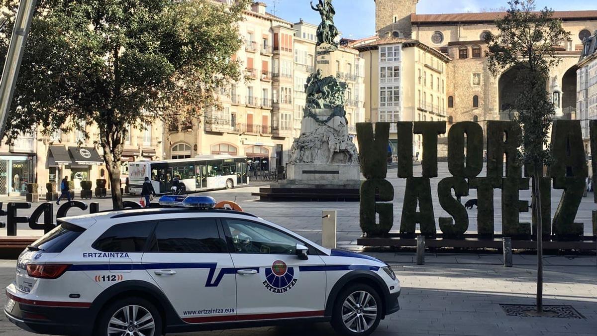 Una patrulla de la Ertzaintza, en el centro de Vitoria