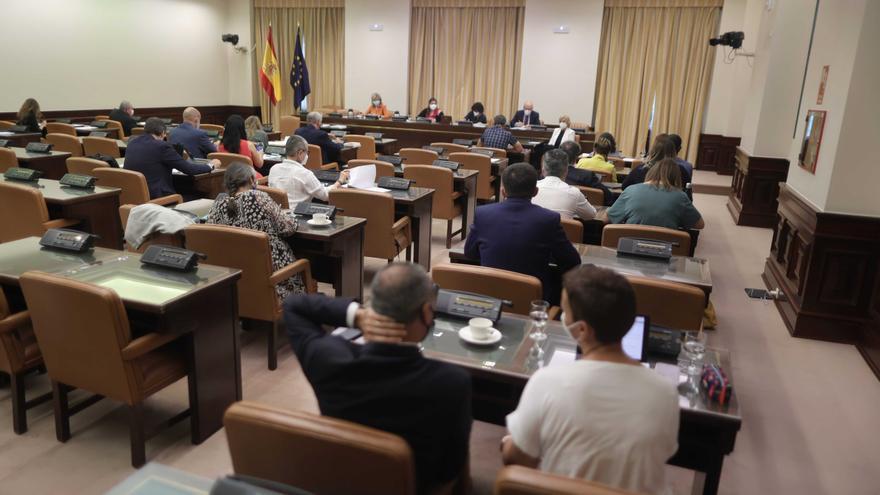 Asistentes participan en una Comisión de Cooperación Internacional para el Desarrollo en el Congreso, a 16 de junio de 2021, en la Sala Cánovas del Congreso de los Diputados, Madrid, (España).