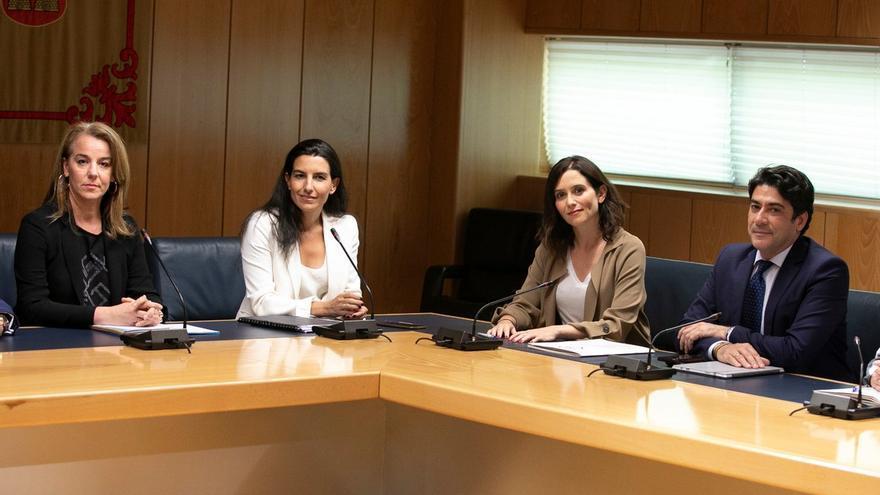 Los equipos negociadores de Rocío Monasterio e Isabel Díaz Ayuso en la Asamblea de Madrid