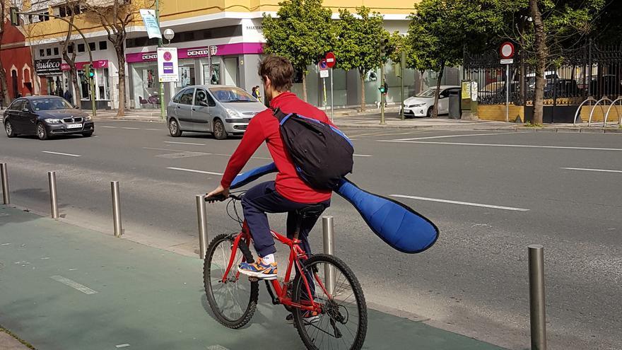 Ciclista por ronda histórica en Sevilla
