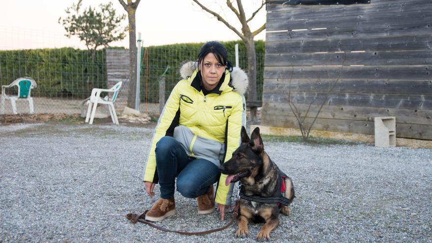 Silvia González y Sugui posan en el campo de entrenamiento.