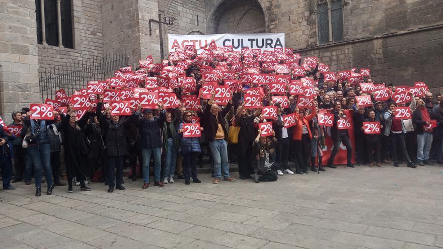 Los manifestantes, convocados por la plataforma cultural 'Actua Cultura', se reivindican en la plaza del Rei (Barcelona)