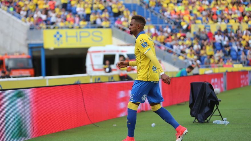 El jugador de la UD Las Palmas, Kevin Prince-Boateng, sale del campo expulsado por el árbitro durante el partido frente al Atlético de Madrid. Alejandro Ramos.