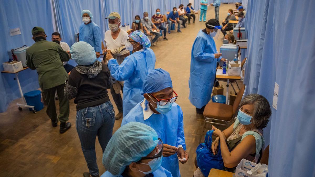 Personal sanitario participa en una jornada de vacunación contra la COVID-19, el 2 de junio de 2021 en Caracas (Venezuela). EFE/ Miguel Gutiérrez/Archivo