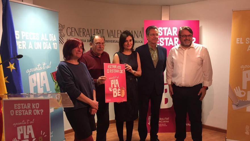 La consellera de Sanidad, Carmen Montón (centro), en la presentación de la campaña 'Plan Bé'