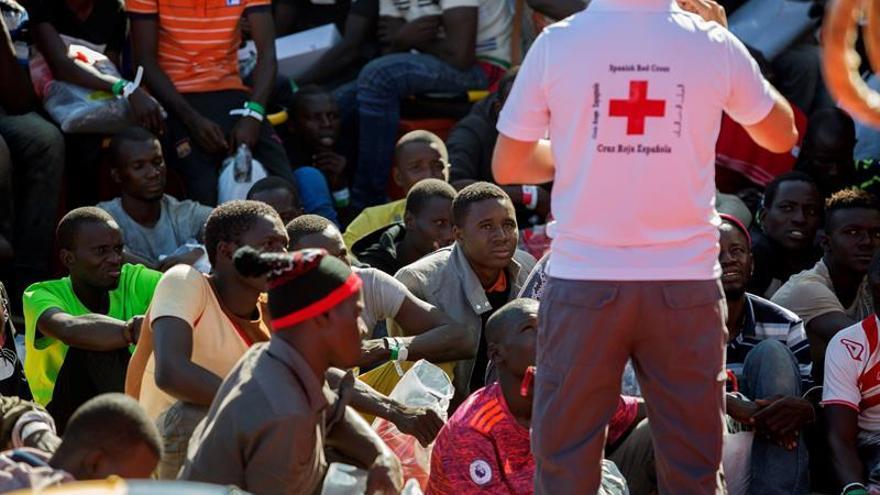 Buscan alojamiento a 100 inmigrantes que permanecen en el Puerto de Málaga