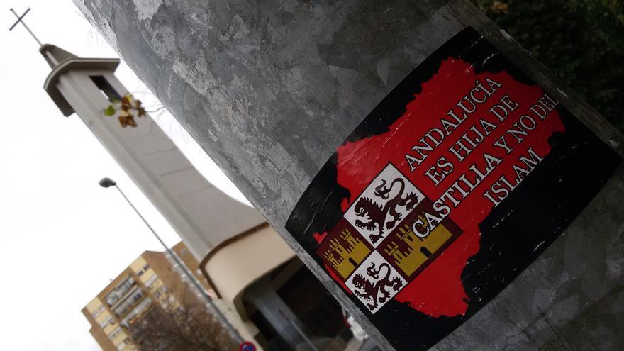 Propaganda islamófoba en una farola de la sevillana calle Pedro Salinas.