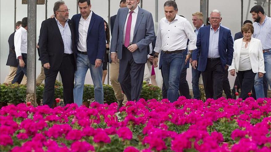 Rajoy, manos a la obra en un vivero horas antes de iniciarse la campaña