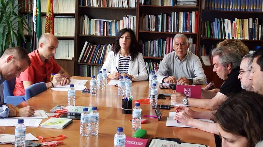 La consejera de Educación, Esther Gutiérrez, acompañada por el secretario general de Educación, Rafael Rodríguez de la Cruz; y la directora general de Personal Docente, Heliodora Burgos; con motivo de la Mesa Técnica con los sindicatos
